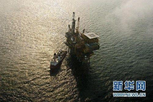 记者乘坐中国海监b-7101直升飞机来到蓬莱19-3