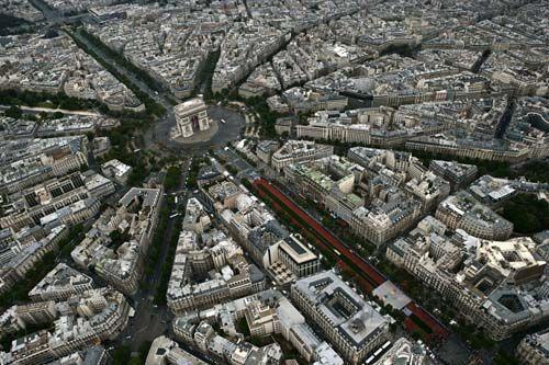 在面对埃菲尔铁塔的夏佑宫左翼